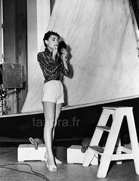 Audrey Hepburn en train de se maquiller