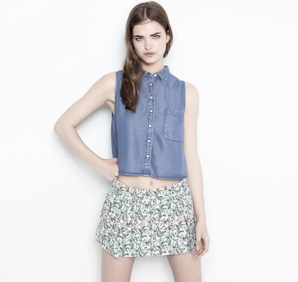 Chemise en jean cropped sans manches comment la porter - Avec quoi porter une chemise en jean ...
