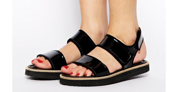 sandales plates noires semelles paisses taaora blog mode tendances looks. Black Bedroom Furniture Sets. Home Design Ideas