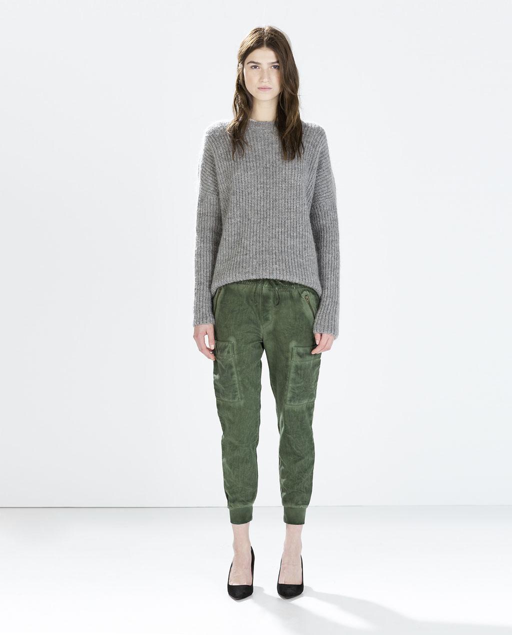 5321efd35dbce Look Zara   pantalon jogging battle kaki + pull gris en grosse maille +  escarpins pour un look army, décontracté et chic.