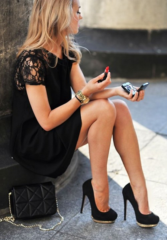 Mettre une robe noire pour la Saint-Valentin