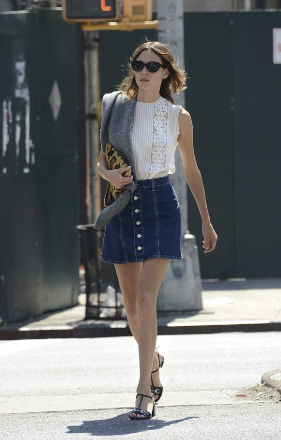 alexa chung son look casual chic avec une jupe en jean boutonn e taaora blog mode. Black Bedroom Furniture Sets. Home Design Ideas
