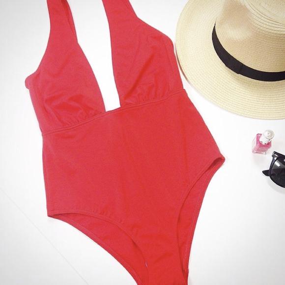 maillot une pi ce rouge d collet plongeant taaora blog mode tendances looks. Black Bedroom Furniture Sets. Home Design Ideas