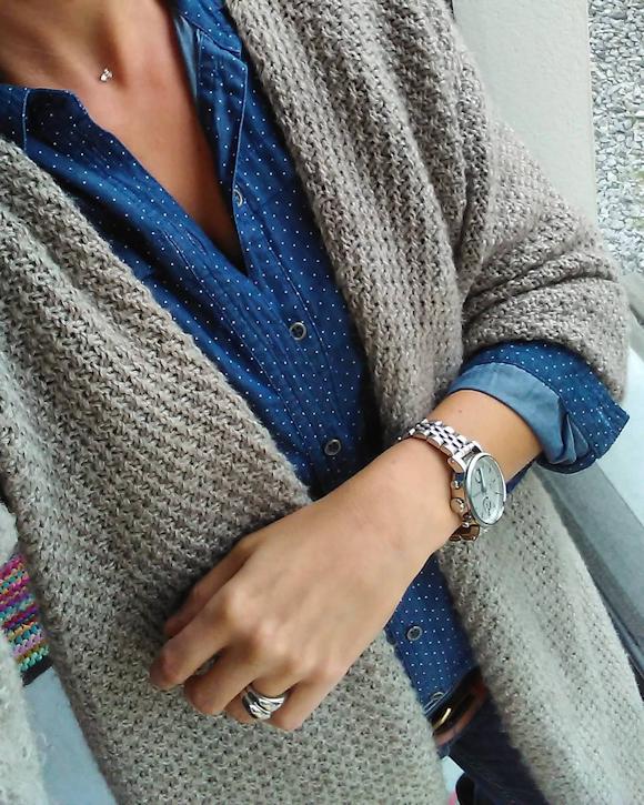 gilet gris en maille douce chemise en jean pois montre masculine argent e le bon look. Black Bedroom Furniture Sets. Home Design Ideas