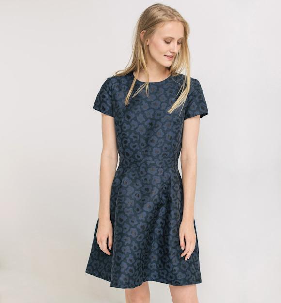 robe bleue imprim e id es de tenues de bureau taaora. Black Bedroom Furniture Sets. Home Design Ideas