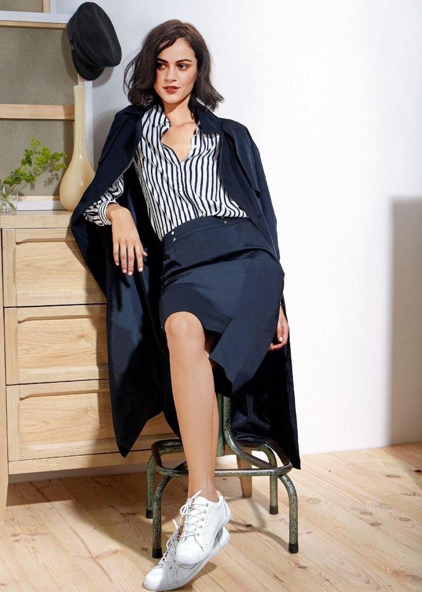 baskets blanches 5 id es de looks pour l automne hiver. Black Bedroom Furniture Sets. Home Design Ideas