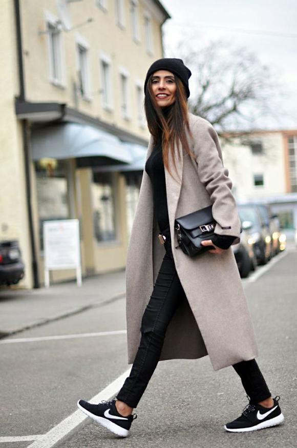 Look normcore baskets noires et manteau beige