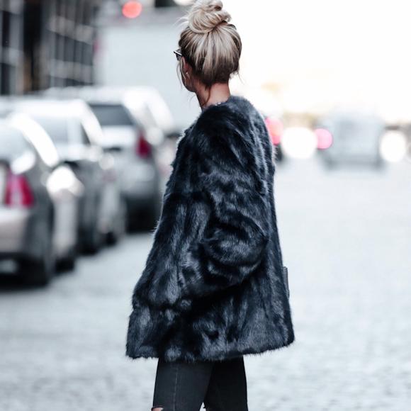 manteau en fausse fourrure noir sans col porter avec un slim noir et des baskets blanches. Black Bedroom Furniture Sets. Home Design Ideas