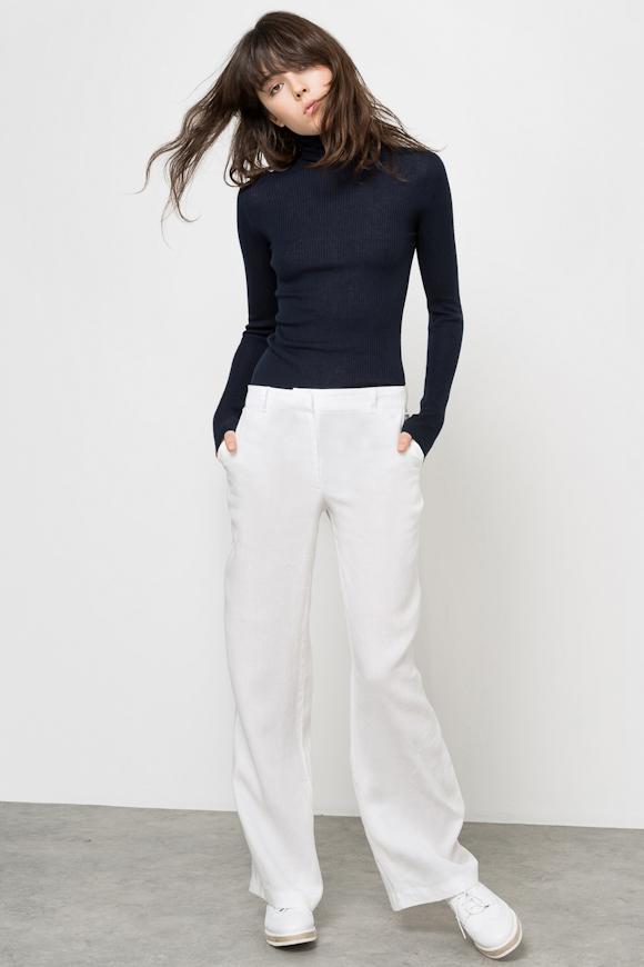 look minimaliste pantalon large blanc en lin pull chaussette bleu marine basique derbies. Black Bedroom Furniture Sets. Home Design Ideas