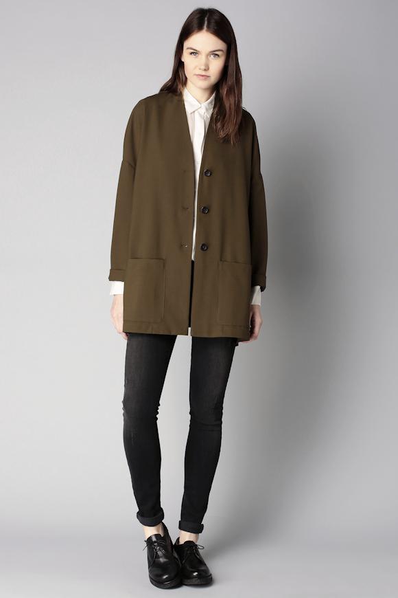 Avec quoi porter une veste oversize kaki ? Le bon look avec un jean slim  noir roulotté, une chemise blanche et des derbies noires