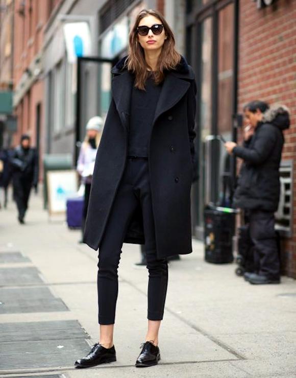 total look noir sobre et l gant manteau en laine. Black Bedroom Furniture Sets. Home Design Ideas