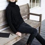 Total look noir : pull à col roulé + jean zippé aux chevilles + escarpins à petit talon