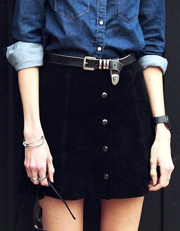 Look avec jupe noire boutonnée sur le devant et chemise en jean