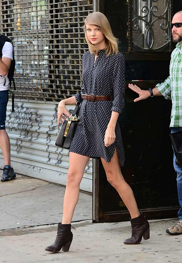 taylor swift copiez son look en robe imprim e r tro. Black Bedroom Furniture Sets. Home Design Ideas