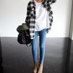 Idée look : chemise à grands carreaux noirs et blancs, mixée à un t-shirt blanc basique, un jean skinny et des boots camel