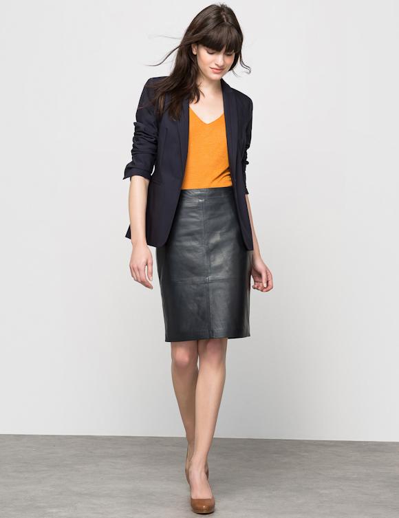 Idée de tenue pour le bureau classe et féminine   jupe droite en cuir,  veste tailleur marine, t-shirt orange et escarpins camel 20fea7484926