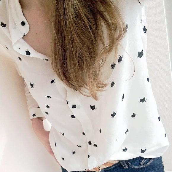 chemise blanche imprim e chats porter avec un jean slim bleu fonc taaora blog mode. Black Bedroom Furniture Sets. Home Design Ideas