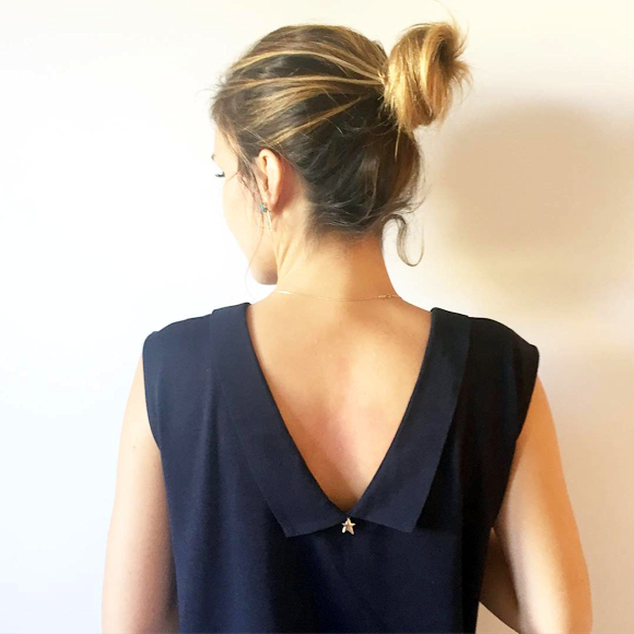 top marine avec col chemise plongeant dans le dos chignon d contract taaora blog mode. Black Bedroom Furniture Sets. Home Design Ideas
