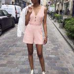 La vie en rose : combishort à col V et bretelles croisées dans le dos + sneakers dorées + cardigan dentelle