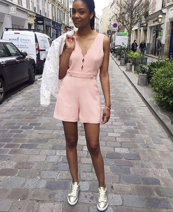 Look romantique combishort rose clair, baskets dorées, gilet dentelle