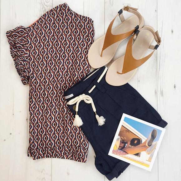 look d t 2016 chic blouse imprim e graphique short marine sandales plates minimalistes. Black Bedroom Furniture Sets. Home Design Ideas