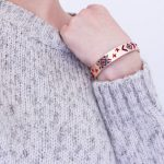 Parce que le froid ne semble pas avoir dit son dernier mot : pull gris moucheté à manches courtes + bracelet style ethnique