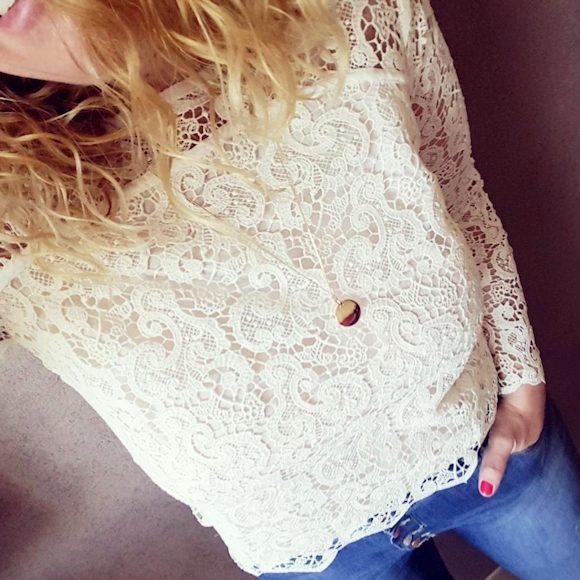 Look blouse dentelle blanche et jean slim bleu