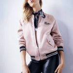 Le blouson aviateur rose clair de Karlie Kloss pour Topshop : must have de la collection