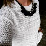 Pull blanc ajouré + collier plastron noir