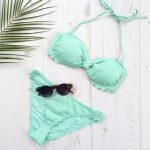 Un maillot 2 pièces vert pastel style rétro à petit prix à ajouter dans notre valise d'été !