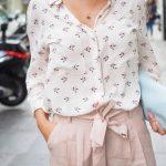 Look chic avec un pantalon large rose pâle tendance et une chemise imprimée