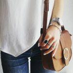 Petit sac besace camel avec anneau en métal devant, très chic avec un jean et un top blanc fluide