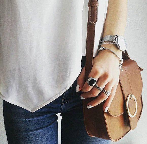 Petit sac camel : comment porter