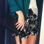 Look : short imprimé tropical black & white + blazer vert col smocking + top brodé blanc + pochette noire