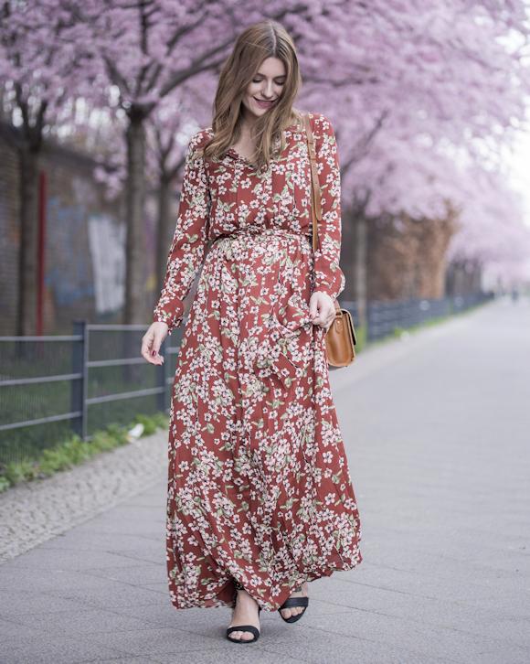 9afb388e51 Une robe longue rouge à fleurs parfaite pour le printemps-été 2016 ...
