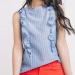 Top bleu rayé à volants : féminin, romantique chic et léger, parfait pour les vacances !