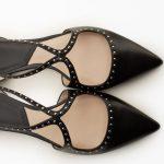 Chaussures plates noires à bouts pointus et petits clous (à moins de 30 euros)
