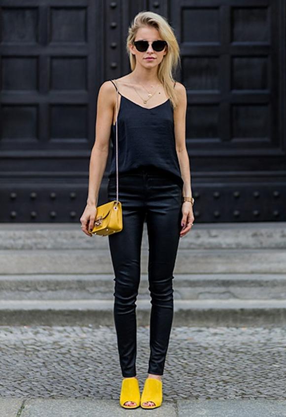 comment porter un sac et des chaussures jaunes avec un total look noir basique taaora. Black Bedroom Furniture Sets. Home Design Ideas