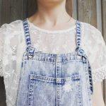 Salopette en jean destroy bleu délavé + top dentelle blanc : le look à copier !
