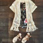 Idée de tenue style festival : gilet ajouré à franges + combi-short bustier imprimé tropical + sandales plates camel
