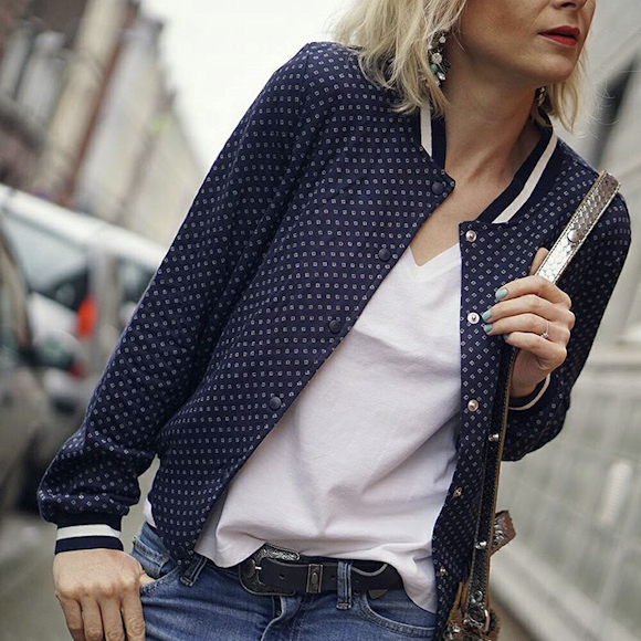 Teddy bleu marine imprim t shirt blanc basique jean ceintur le bon look taaora - Que mettre avec un jean bleu ...