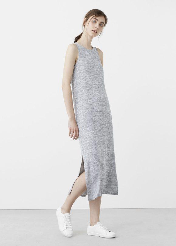look avec des baskets basses blanches et une robe longue grise fendue sur le c t taaora. Black Bedroom Furniture Sets. Home Design Ideas