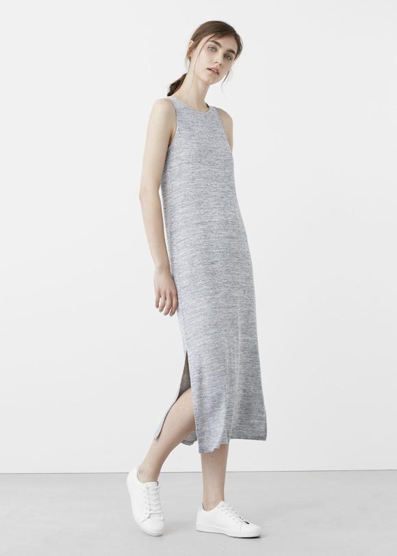 7cac342e416 Look avec des baskets basses blanches et une robe longue grise fendue sur  le côté