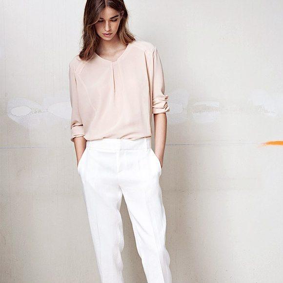 tenue minimaliste chic et f minine blouse fluide et l g re pantalon de smoking blanc. Black Bedroom Furniture Sets. Home Design Ideas