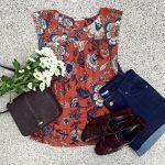 Look masculin-féminin : top rouge à grandes fleurs + short en jean brut + derbies bordeaux + sac rétro