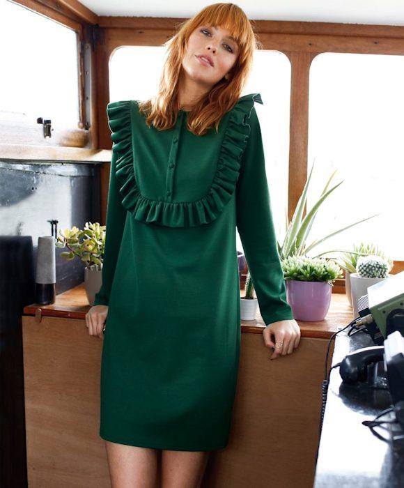 cette robe vert fonc plastron volant est pile dans les tendances de l automne 2016. Black Bedroom Furniture Sets. Home Design Ideas
