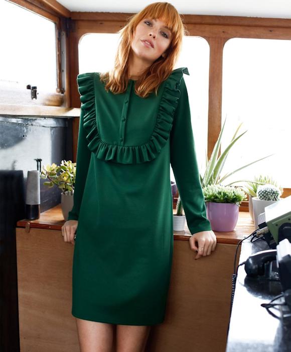 1319ae61af8 Cette robe vert foncé à plastron volanté est pile dans les tendances de  l automne 2016 !