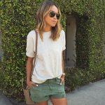 Look casual avec un short kaki à revers esprit baroudeur et un t-shirt gris chiné fluide
