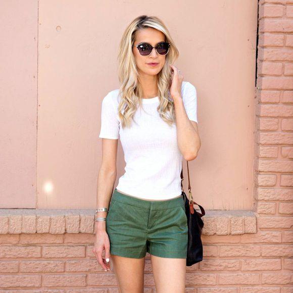 Idée look short vert et t-shirt blanc