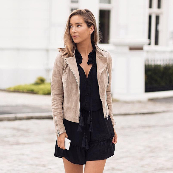 Outfit of the day  veste beige en daim + robe noire à pompons